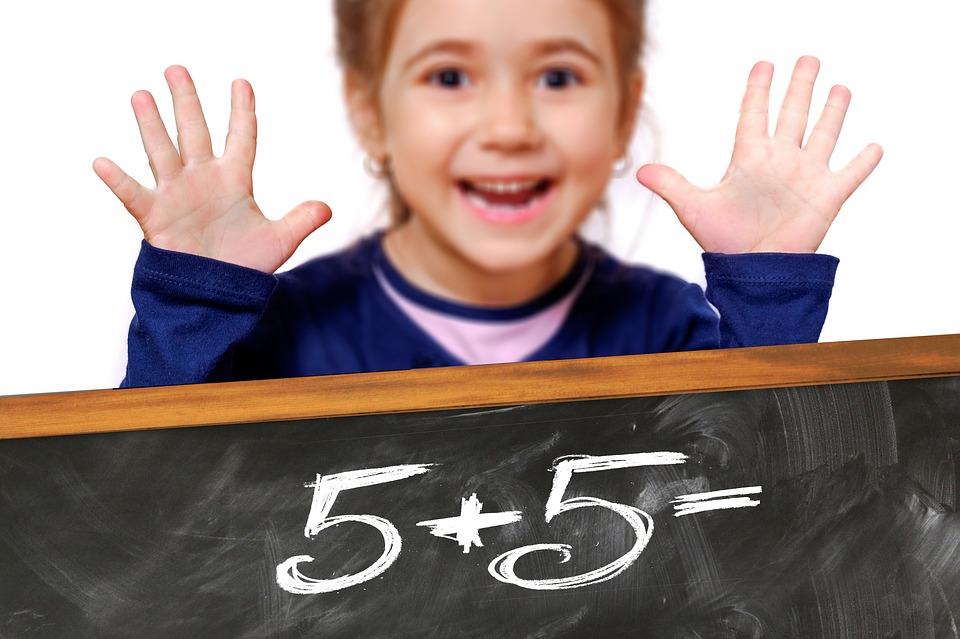 holčička sčítá čísla