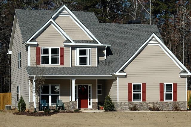 šedý dům, bílá okna, předzahrádka