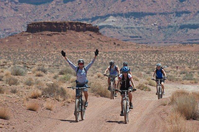 skupina cyklistů.jpg