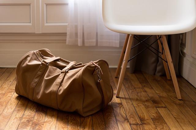 zavazadlo u křesla
