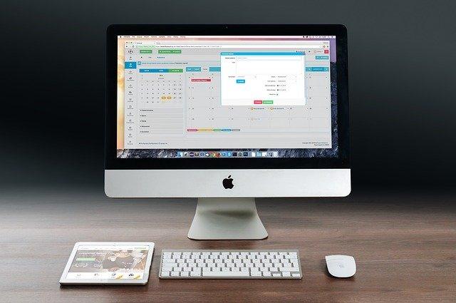 pracovní stůl laptop