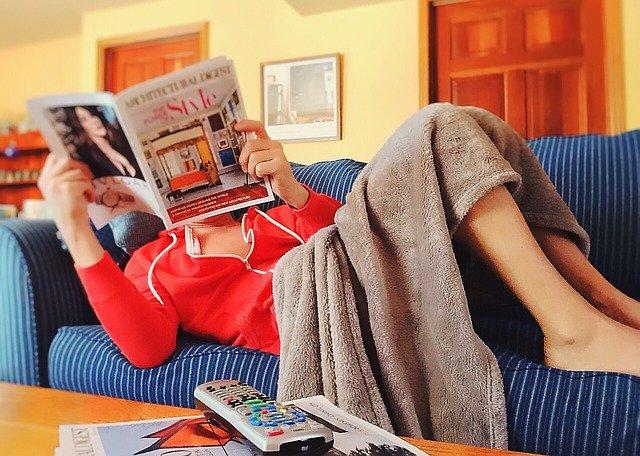 žena si čte na gauči